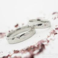 Draill světlý, lesklý, velikost 48, šířka 4 mm a velikost 66 a šířka 5 mm, oba vnitřní zaobelní - Kované snubní prsteny
