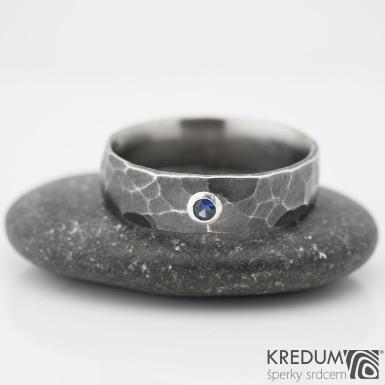 DRAILL tmavý a broušený kámen do 2 mm do stříbra - Kovaný nerezový snubní prsten, safír 0401