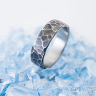 Draill tmavý - 55, šířka 5,6 mm, tloušťka 1,5 mm - Kovaný prsten z nerezové oceli