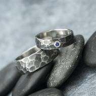 Natura tmavá a broušený kámen (syntetický) do 3 mm do stříbra - kovaný snubní prsten z nerezové oceli