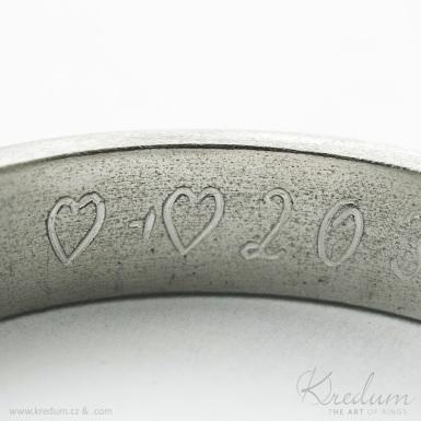 Rytí nápisů do prstenů podle šablony - mechanickou ryčkou