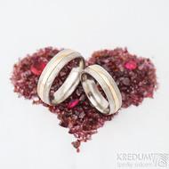 Duori red - linka 1,5 mm, šířka 5,5 mm, dřevo - 75 SV, profil D - velikosti 51 a 60 - Damasteel snubní prsteny a zlato - k 1429 (4)