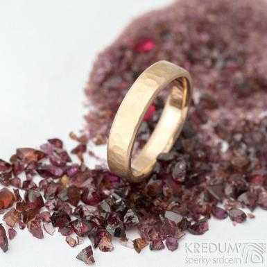 Golden Draill red line - velikost 52 s CF , šířka 4 mm, tloušťka 1,5 mm, matný - Zlaté snubní prsteny - k 1768 (2)