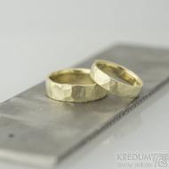 Golden draill yellow matné - 49, šířka 4,5 mm, tloušťka 1,4 mm a 57,5, šířka 6 mm, tloušťka 14 mm - Zlaté snubní prsteny, k 2058