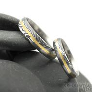 Golden line 1 mm - 51, šířka 4 mm a 63, šířka 5 mm, oba střední tloušťka, dřevo 75% TM, profil D - Snubní prsteny