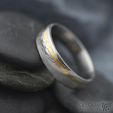 Golden line third - vel 67 š 6 mm, dřevo, lept 75%  světlý, profil E - Damasteel snubní prsteny a zlato - et 1699 (4)