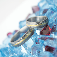 Golden line - vel 51 a 67, š 5,5 mm, tl střední, dřevo 75% TM, profil B a E - Damasteel snubní prsteny a zlatá linka
