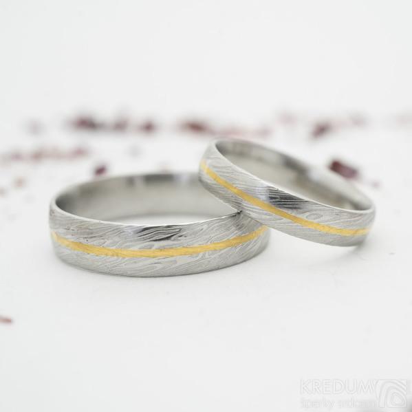 Golden line - struktura damasteel voda - snubní prsteny se zlatou linkou - velikost 65 s šířkou 5,5 mm a 53 s šířkou 4 mm, oba profil D, lept 75%