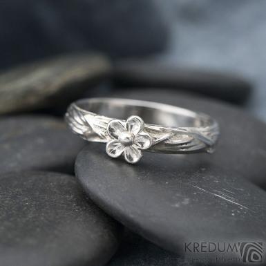 Gordik flower a stříbrná kytička průěmr 6,5 mm - velikost 65, šířka 4 mm - Motaný zásnubní prsten - k 1302