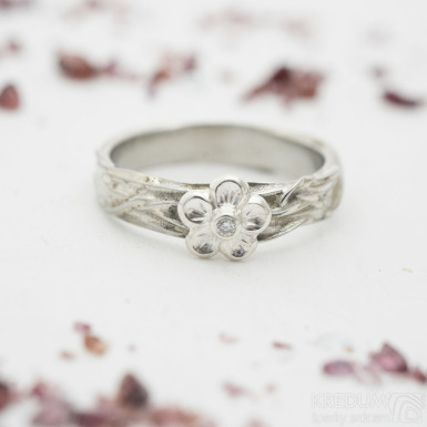 Gordik Flower Ag a diamant 1,5 mm - Snubní nebo zásnubní prsten, velikost 50, šířka 3,5 mm, kytička 6 mm