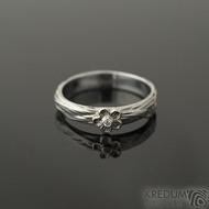Gordik flower Au a čirý diamant 1,5 mm - velikost 56, šířka 4 mm - Motaný zásnubní prsten - k 2245 (3)