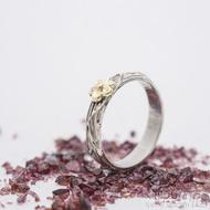 Gordik flower Au - kytička ze žlutého zlata se středem z červeného zlata - šířka 4,5 mm - Motaný zásnubní prsten - k 2759 (4)