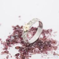 Gordik flower Au - kytička ze žlutého zlata se středem z červeného zlata - šířka 4,5 mm - Motaný zásnubní prsten - k 2759 (5)