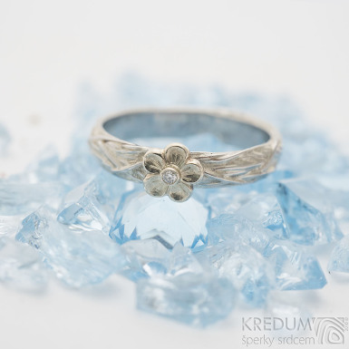 Gordik flower Au s diamantem 1,5 mm - Motaný nerezový snubní prsten, SK2508