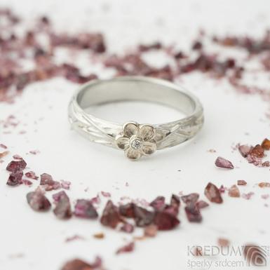 Goridk flower s kytičkou z bílého zlata a diamant 1,5 mm - velikost 59, šířka 4 mm - Motaný zásnubní prsten - k 2394