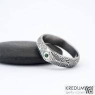 Grada a smaragd 2 mm do Ag - 54, š hlavy 5, do dlaně 4,5 mm, kolečka 75% TM, leptaná hlava - Zásnubní prsten damasteel, k 1007