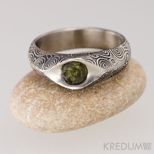 GRADA a kámen naturál, vltavín - Kovaný zásnubní prsten damasteel, struktura kolečka, lept 75%, zatmavený, leštěná miska kolem kamene