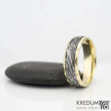 Kasiopea Engravius - voda - Zlatý snubní prsten a damasteel, zdobený ručním rytím