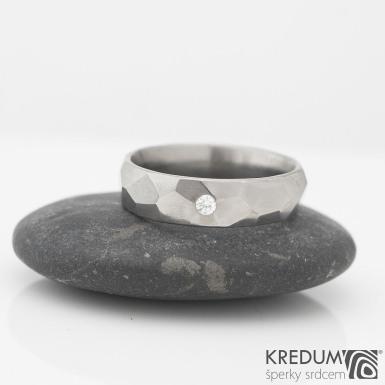 Prsten kovaný - Skalák titan a čirý diamant 2 mm - lesklý