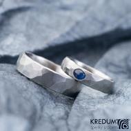 Draill a oválný kámen kabošon, safír - Kovaný snubní prsten