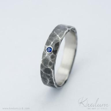 Natura a broušený kámen 2 mm do stříbra (safír,smaragd,rubín) - tmavý - kovaný snubní prsten z nerezové oceli
