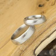 Kasiopea Steel - dřevolept 75% světlý, profil D, velikost 49, šířka 4,5 mm a velikost 62, šířka 6 mm - Snubní prsteny damasteel