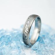 Kasiopea steel - vel 58, šířka 5 mm, tloušťka střední,  dřevo - lept 75% zatmavený, profil E - Snubní prsteny damasteel