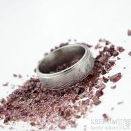 Kasiopea steel voda - světlá, velikost 70, šířka 8,5 mm, tloušťka 2,5 mm - Damasteel snubní prsteny - k 1690
