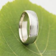 Kasiopea white - 60, šířka 6 mm damasteel 4,5 mm, okraje 2x0,75 mm,dřevo 75 SV, E - Snubní prsten Zlato a damasteel