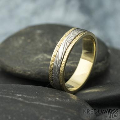Kasiopea yellow - 48, šířka 4,3 mm, tloušťka 1,4 mm, dřevo - 75SV, okraje 2x0,75 mm tepané - Zlaté snubní prsteny - s1419 (6)