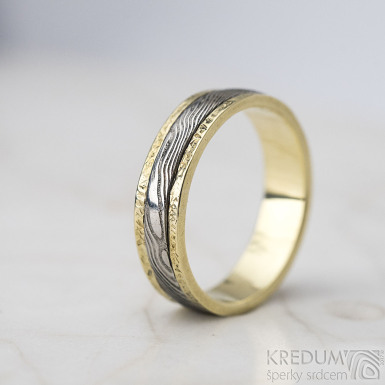Kasiopea yellow s tepanými okraji - dřevo - Zlatý snubní prsten a damasteel - velikost 48, šířka 4,3mm, lept 75% světlý - S1419 (2)
