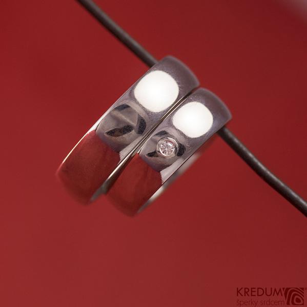 Kovaný nerezový snubní prsten - Klasik s moissanitem 2 mm do stříbra, lesklý