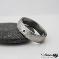 KLASIK DRAILL a broušený rubín do 2 mm ve stříbře - Kovaný nerezový snubní prsten