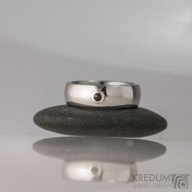 Klasik a broušený český granát 2,3 mm do stříbra - kovaný nerezový zásnubní prsten