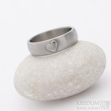 Klasik titan a srdíčko - kovaný snubní prsten, povrch matný a srdce lesklé, velikost 60, šířka 6 mm