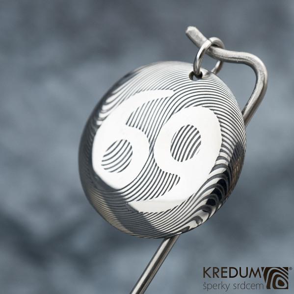Kombinátor se znamením zvěrokruhu - Rak - kovaný přívěsek damasteel se sekčním leptem - produkt číslo SK1545 - zatmavený