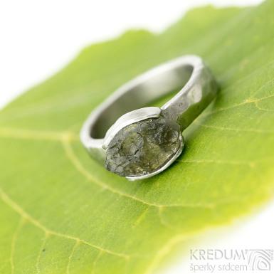 Kousek II - velikost 54,5, šířka 4,5 mm, matný - Zásnubní prsten s přírodním vltavínem - k 1962