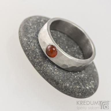 Kovaný nerezový prsten draill matný s karneolem - velikost 53, šířka 5,4 mm, nepravidelné okraje, průměr kamene 4 mm - s1647