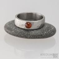 Kovaný nerezový prsten draill matný s karneolem - velikost 53, šířka 5,4 mm, nepravidelné okraje, průměr kamene 4 mm - s1647 (3)