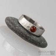 Kovaný nerezový prsten draill matný s karneolem - velikost 53, šířka 5,4 mm, nepravidelné okraje, průměr kamene 4 mm - s1647 (2)