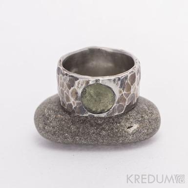 Kovaný nerezový snubní prsten Draill tmavý a kámen natural (vltavín)