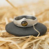 Královna a kabošon tygří oko - 51,5, šířka korunky 7,5 mm,dlaň 3,5 mm, dřevo, lept 50% SV - Damasteel zásnubní prsten
