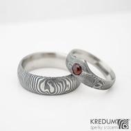 Zásnubní prsten damasteel dřevo - Královna s granátem a prsten Prima ve struktuře čárky
