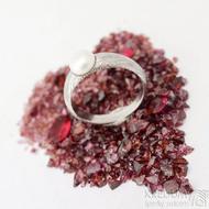 Liena s bílou perlou - vel 53,5, šířka hlavy 5,5mm dlaň 3mm, voda - lept 75% SV - Damasteel zásnubní prsten - k 1496 (3)
