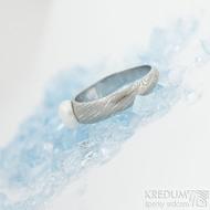 Liena s bílou perlou - vel 53,5, šířka hlavy 5,5mm dlaň 3mm, voda - lept 75% SV, perla 6,2mm - Damasteel zásnubní prsten- sk1973 (3)