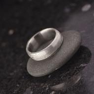 Litera se 2 diamanty - struktura dřevo - Kovaný zásnubní prsten damasteel, S973