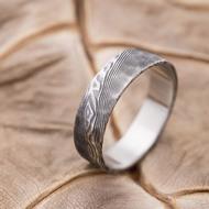 Natura - velikost 60, šířka 5,8 mm, tloušťka stěny 1,4 mm, struktura dřevo, lept 100% - zatmavený - kovaný damasteel snubní prsten