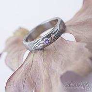 Natura a broušený ametys osazený do stříbra - kovaný damasteel prsten, struktura dřevo, lept 100%