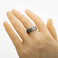 Kovaný damasteel snubní prsten Natura - velikost 62, šířka 8,5 mm, s vnitřním zaoblením - SK2979 - na umělé ruce
