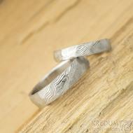 Natura white, struktura dřevo - vel 54, šířka 4 mm, a vel 64, šířka 5 mm, tl střední - Damasteel snubní prsteny - k 1664